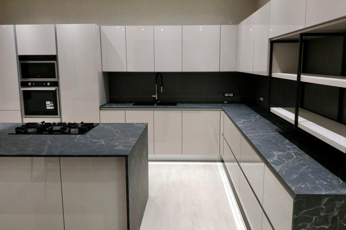 Cucina Moderna Bianca Laccata con Piano in Marmo