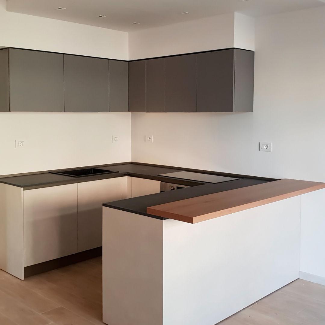 Cucina Piccola Moderna Bianca con Pensili Neri ad U - ICM